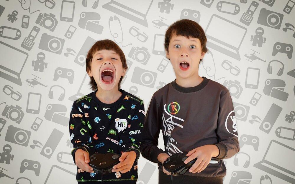 ילדים משחקים במשחק מחשב