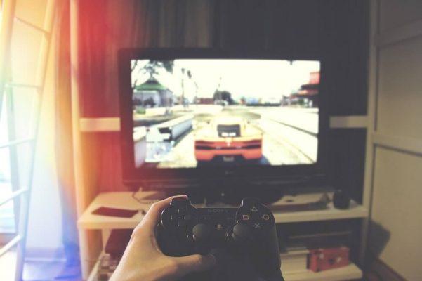 ידיים משחקות במשחק מחשב