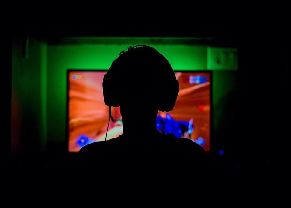 ילד משחק במשחק מחשב